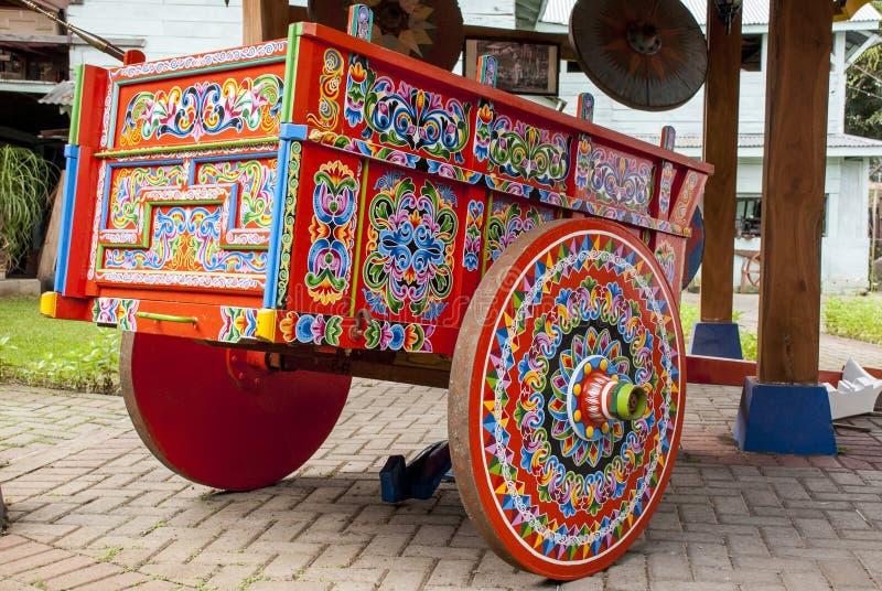 Costa Rica - typisk dekorerad och målad oxevagn arkivfoto