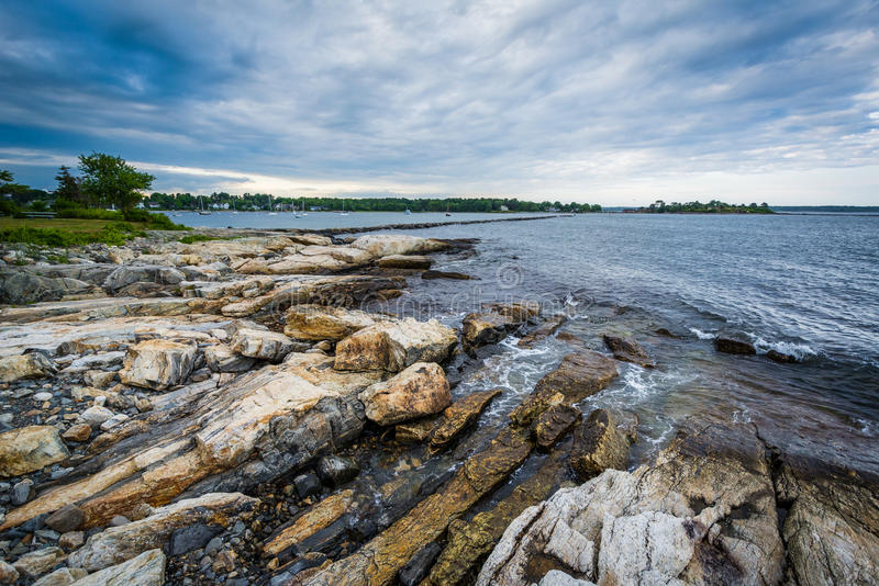 Costa rocciosa al parco di stato del punto di Odiorne, in segale, New Hampshire fotografie stock