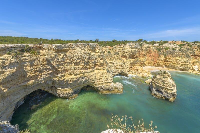 Costa rocciosa in Algarve, Portogallo fotografie stock libere da diritti