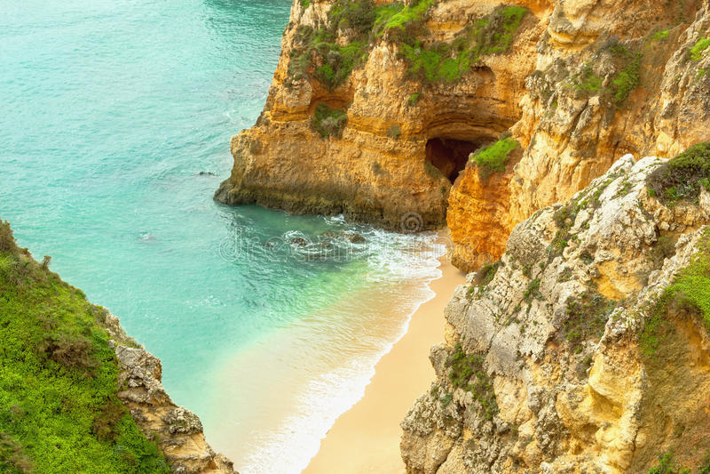 Costa rocciosa Algarve Portogallo del sud fotografie stock