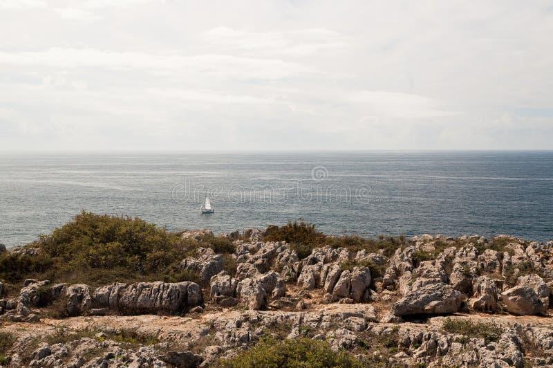 Costa rocciosa dell'Algarve nel Portogallo immagine stock libera da diritti