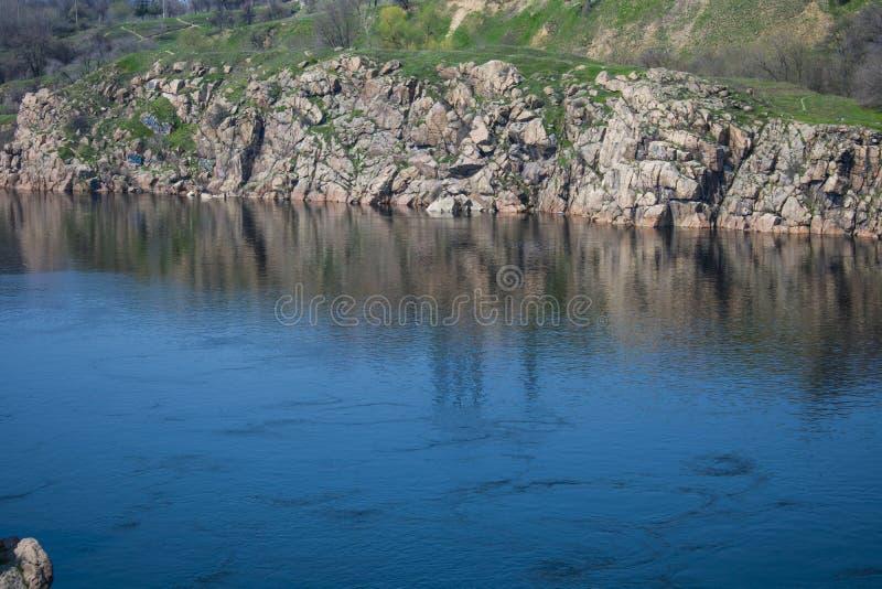Costa rocciosa dell'isola di Hortica fotografia stock