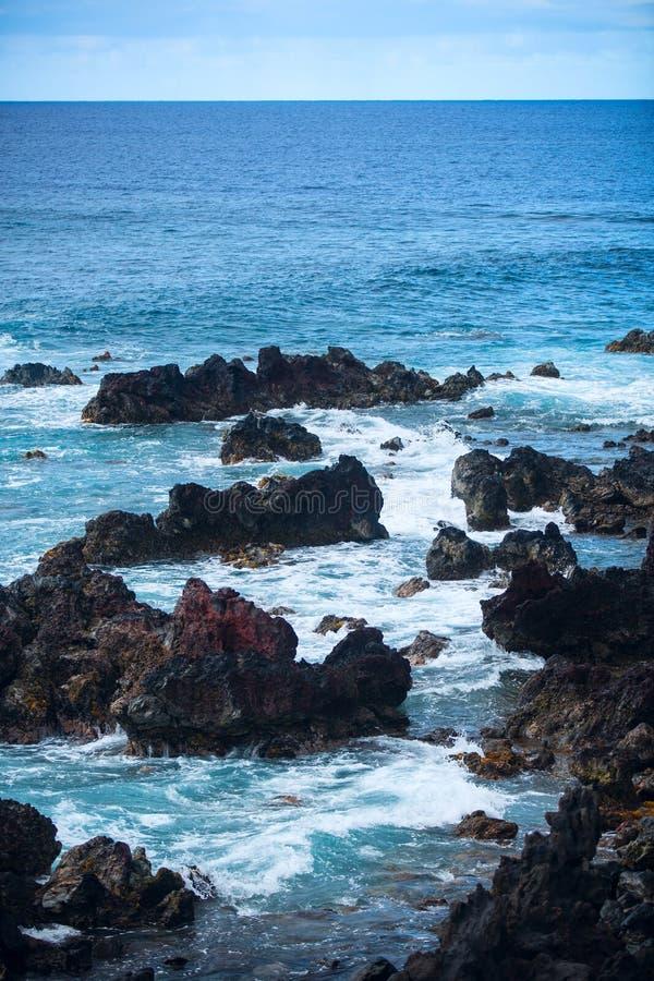 Costa rocciosa dell'isola di pasqua fotografia stock libera da diritti