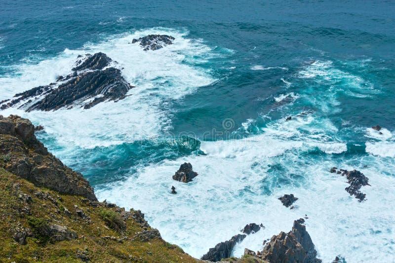 Costa rocciosa dell'Oceano Atlantico di estate & x28; Algarve, Portugal& x29; fotografie stock