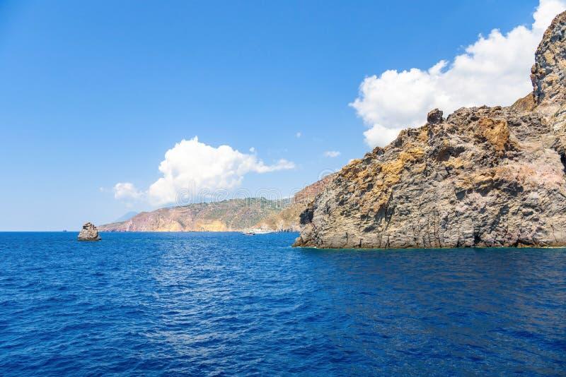 Costa rocciosa della scogliera dell'isola di Lipari fotografia stock