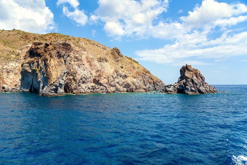 Costa rocciosa della scogliera dell'isola di Lipari fotografie stock libere da diritti