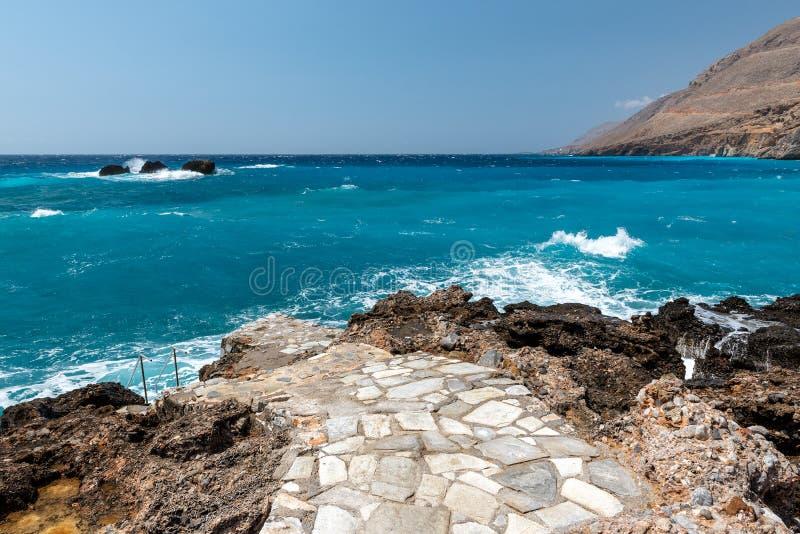 Costa rocciosa e mare blu dell'isola di Creta, Grecia immagine stock