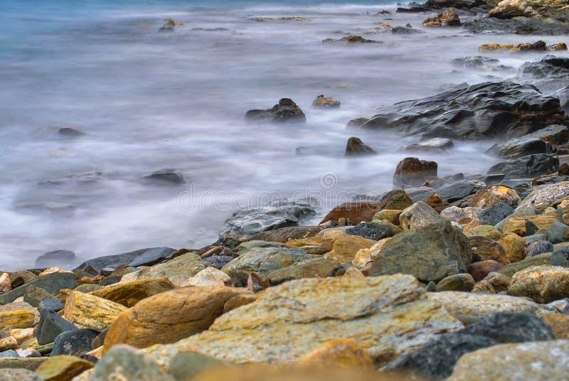 Costa rocciosa nebbiosa nell'isola di Syros in Grecia fotografia stock libera da diritti