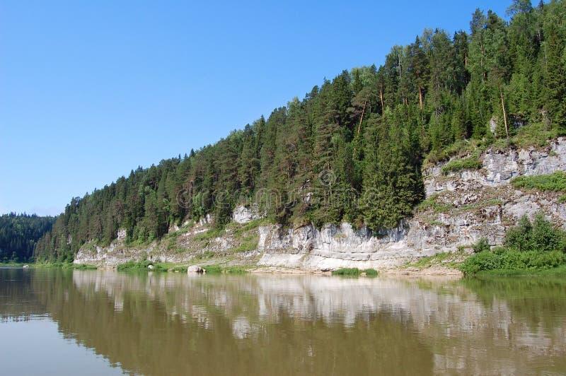 Costa rochosa bonita no rio. Perm fotografia de stock