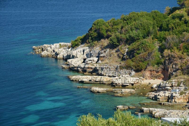 Costa rochosa da ilha de Corfu, Kassiopi, Grécia fotos de stock