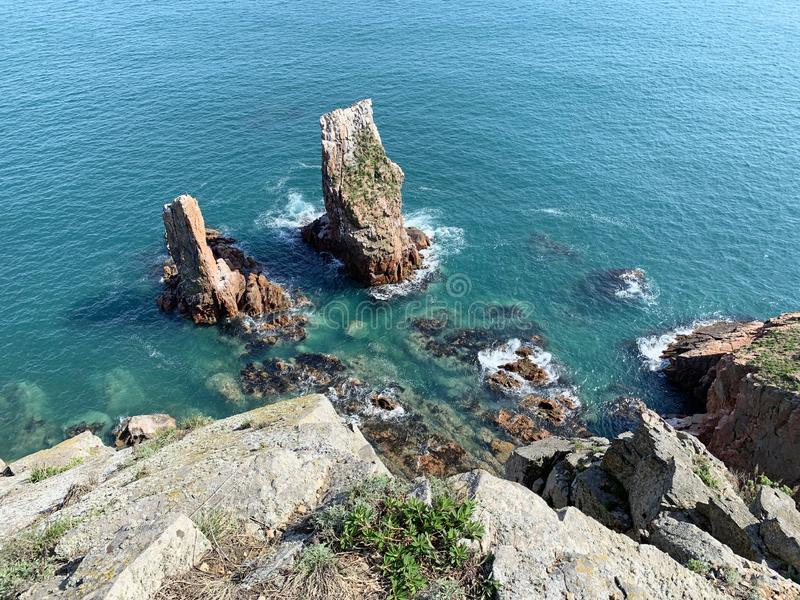 A costa rochosa da ilha de Shkot na mola R?ssia, Vladivostok imagem de stock royalty free