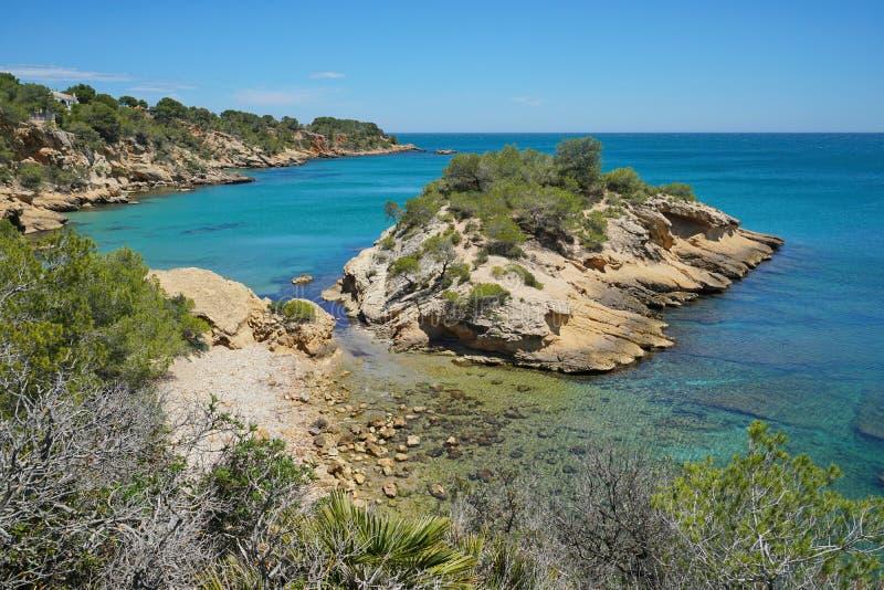 Costa rochosa de Costa Dorada da Espanha com uma ilhota fotografia de stock royalty free