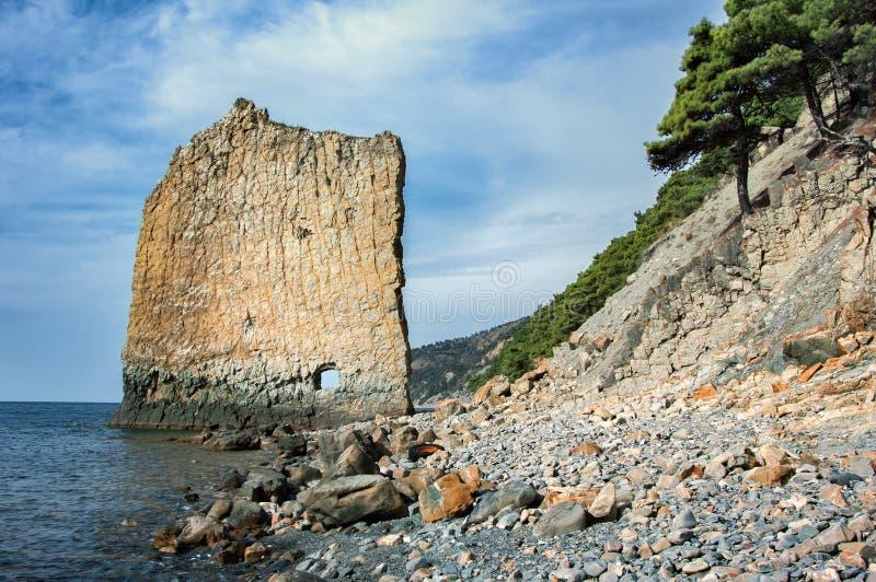 Costa rochosa do Mar Negro Balance a vela Território de Krasnodar, Gelendzhik, Rússia foto de stock royalty free