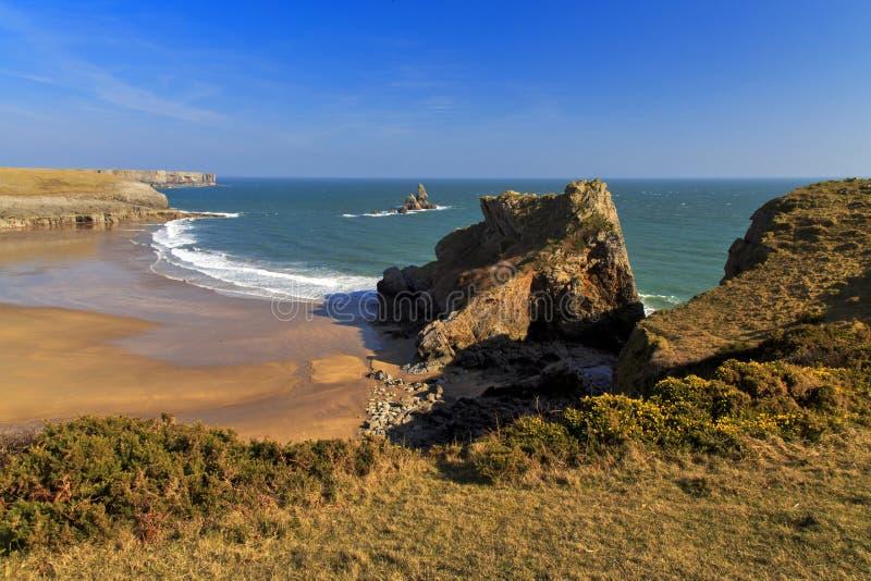 Costa rochosa e áspera selvagem bonita do Pembroke acima da praia sul do abrigo de Broard imagens de stock