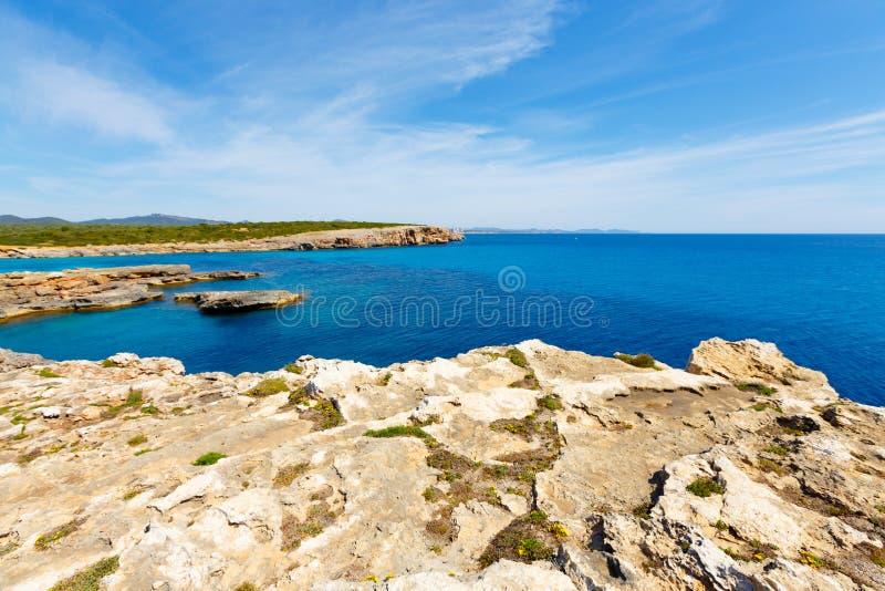 Costa rochosa e o mar a ilha de Majorca, Espanha imagem de stock royalty free