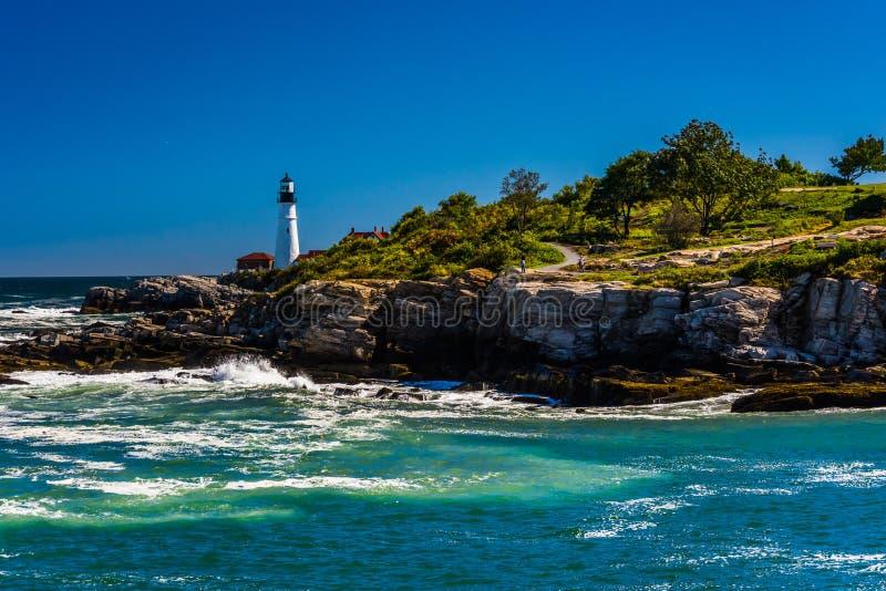 A costa rochosa e a vista de Portland dirigem claro, no forte Williams Pa foto de stock