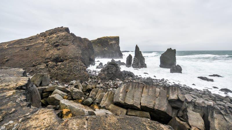 Costa rochosa perto de Reykjanes, Islândia imagem de stock