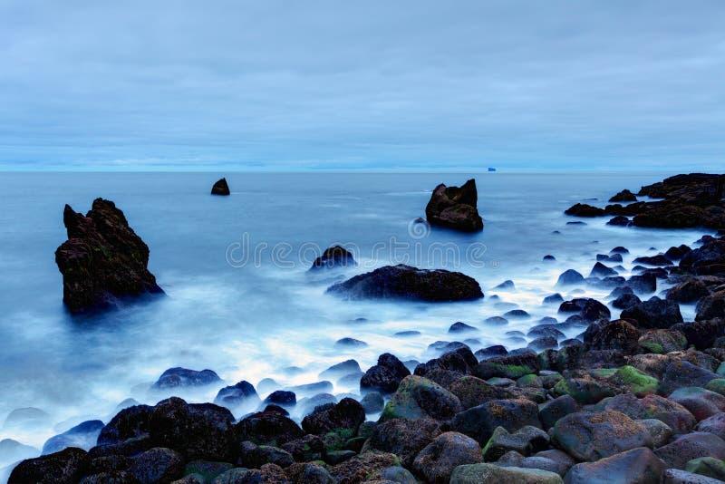 Costa rochosa perto de Reykjanes, Islândia fotografia de stock royalty free