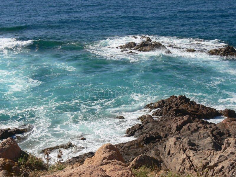 Costa rocosa áspera con resaca del mar fotografía de archivo