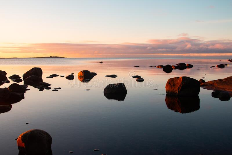 Costa rocosa al atardecer en detalle en Suecia fotografía de archivo