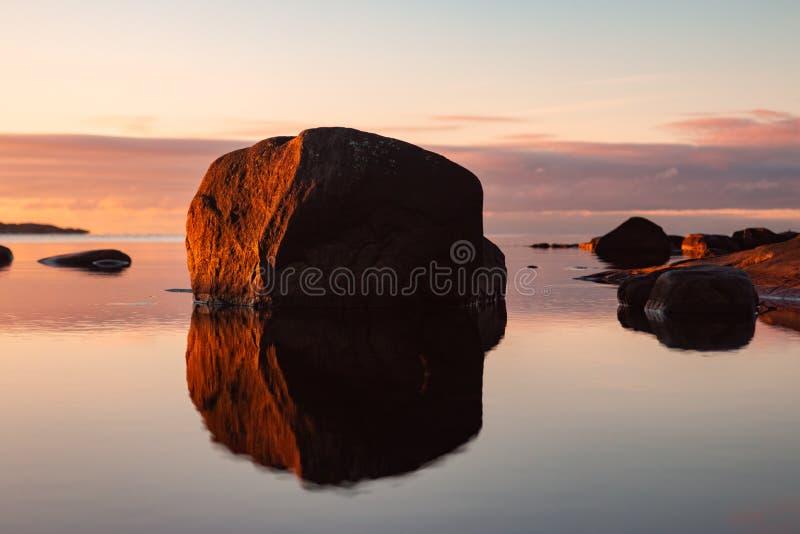 Costa rocosa al atardecer en detalle en Suecia imágenes de archivo libres de regalías
