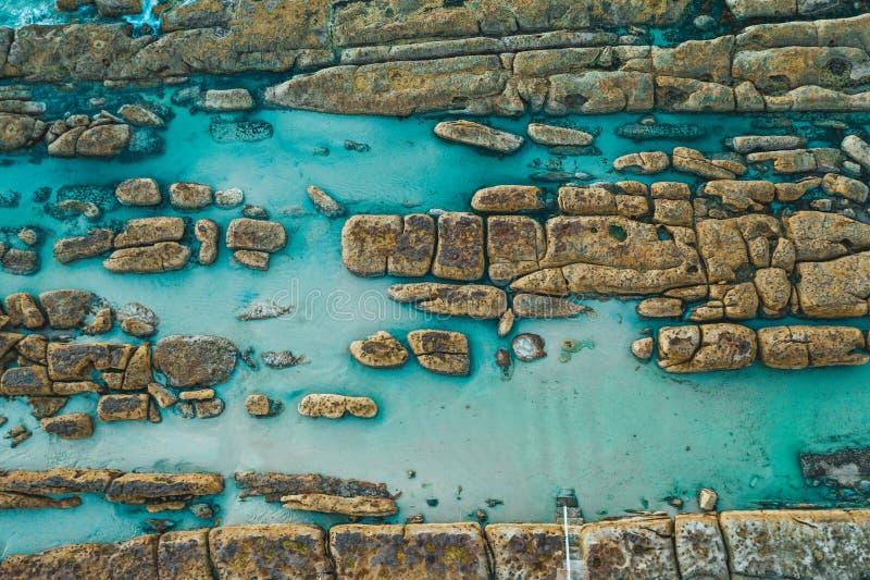 Costa rocosa de Australias y piscinas naturales foto de archivo