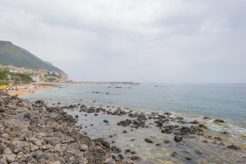 Costa rocosa de la isla de Cerdeña en el mar Mediterráneo en sunligh fotografía de archivo