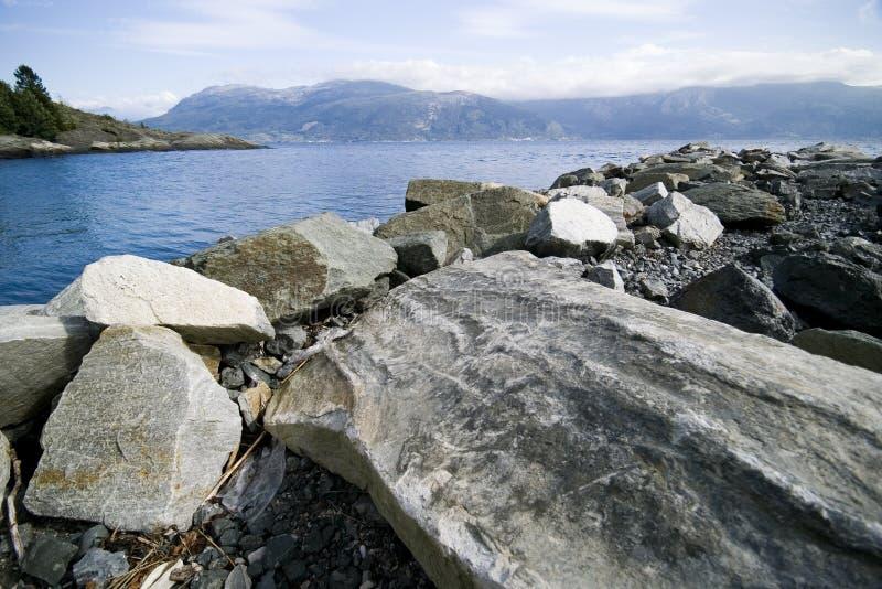 Costa rocosa del fiordo foto de archivo libre de regalías