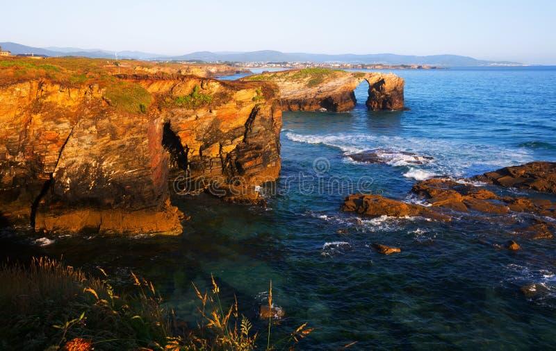 Costa rocosa en como playa de Catedrais fotografía de archivo