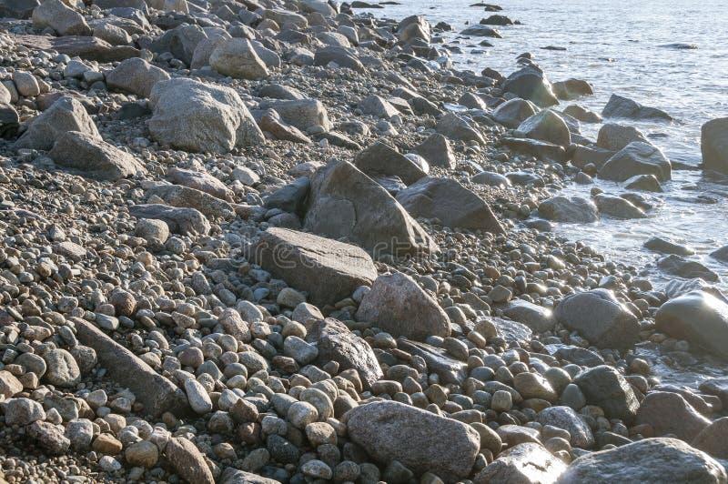 Costa costa rocosa en cuello de la grosella espinosa foto de archivo