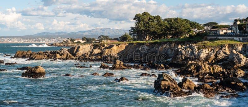 Costa costa rocosa en la arboleda pacífica, California imagenes de archivo