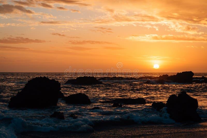 Costa rocosa en la puesta del sol, en la ensenada de madera, en Laguna Beach, Condado de Orange, California fotos de archivo