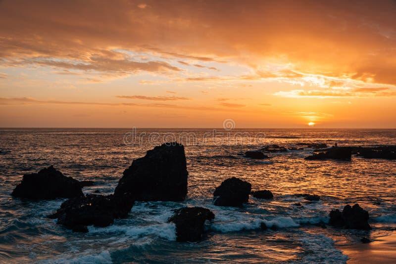 Costa rocosa en la puesta del sol, en la ensenada de madera, en Laguna Beach, Condado de Orange, California imagen de archivo
