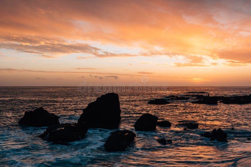 Costa rocosa en la puesta del sol, en la ensenada de madera, en Laguna Beach, Condado de Orange, California imagen de archivo libre de regalías