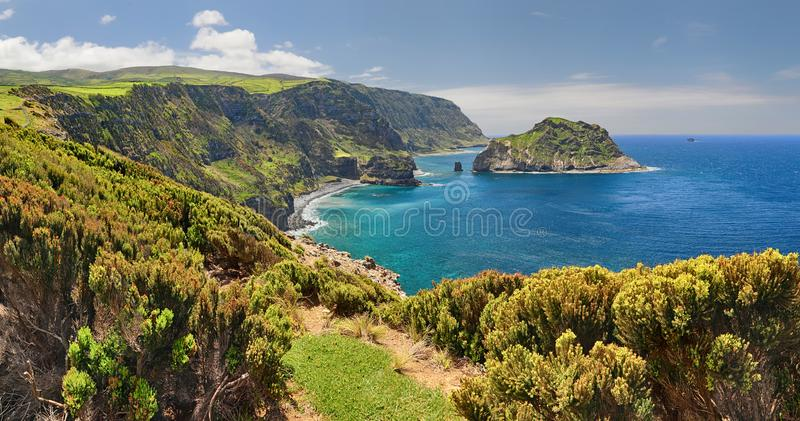 Costa septentrional de las islas de Flores Azores fotografía de archivo