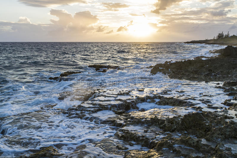 Costa spumosa di Grand Cayman fotografie stock