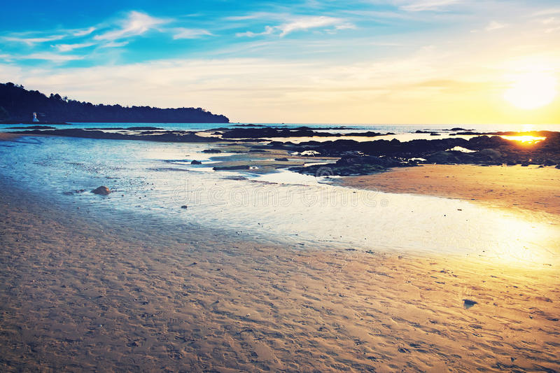 Costa tropical do mar no por do sol colorido fotos de stock royalty free