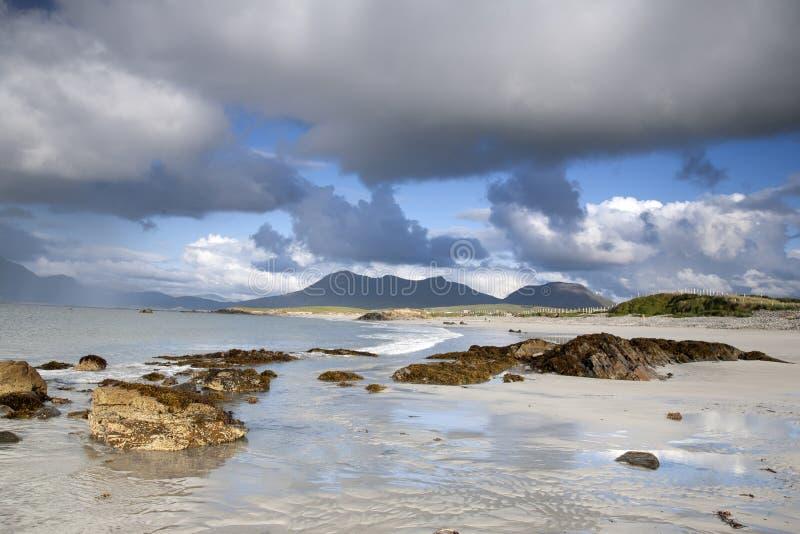 Costa a Tully Cross, parco nazionale di Connemara immagine stock