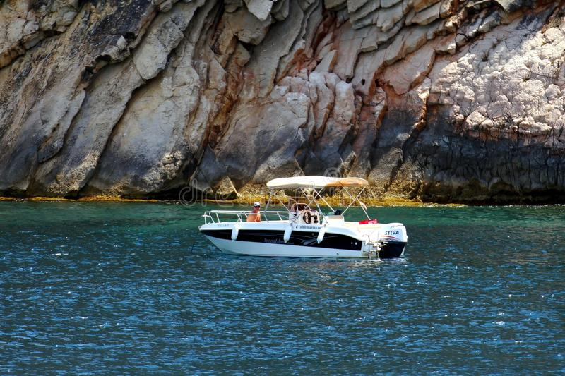 Costa turística de Moraira com todo o tipo de iate e de veleiros foto de stock royalty free