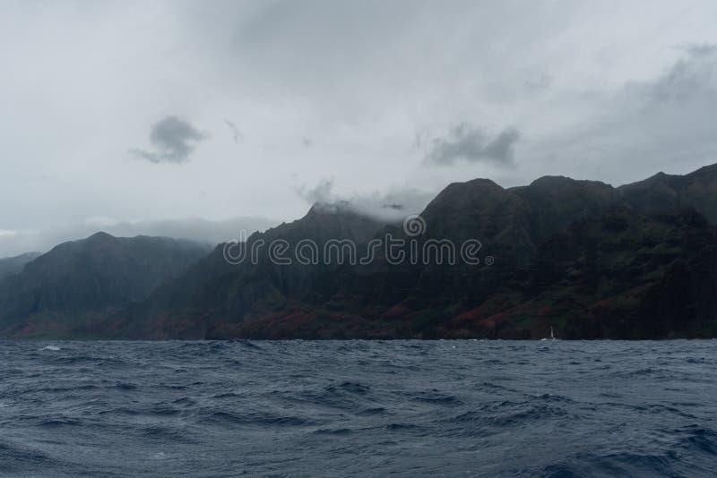 Costa vista del barco, Kauai, Hawaii de Napali, en invierno fotos de archivo libres de regalías