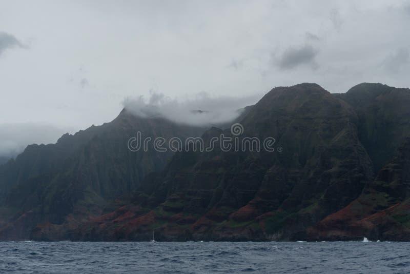 Costa vista del barco, Kauai, Hawaii de Napali, en invierno imágenes de archivo libres de regalías