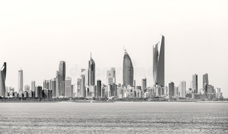 Costa costa y horizonte del ` s de Kuwait fotografía de archivo