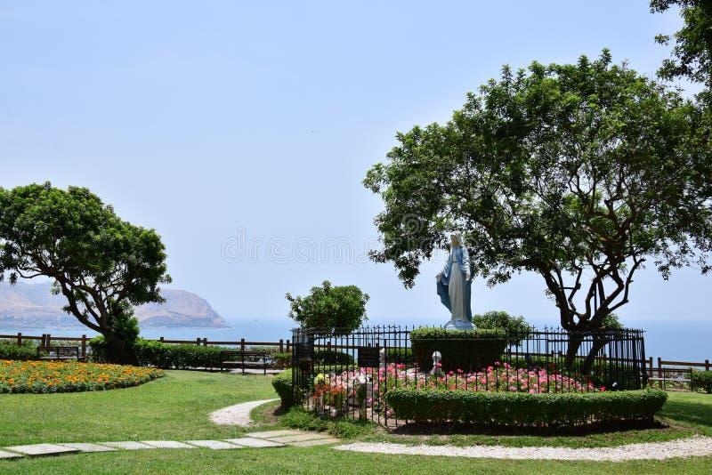Costa costa y Océano Pacífico en Lima, Perú foto de archivo