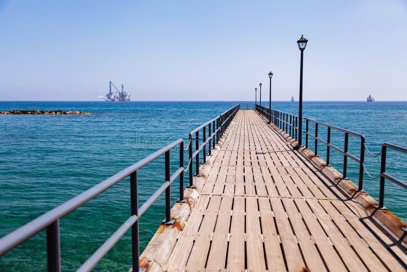 Costa costa y 'promenade' en Limassol, isla Chipre, Europa, mar Mediterr?neo D?a soleado brillante y agua azul y cielo imágenes de archivo libres de regalías