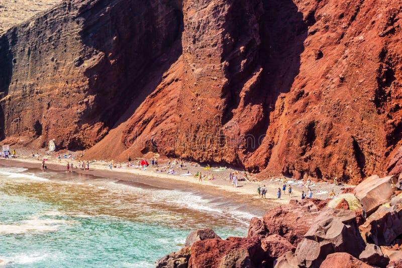 Costal sikt av den av den mest berömda stranden i Santorini, Grekland, röd strand royaltyfri foto