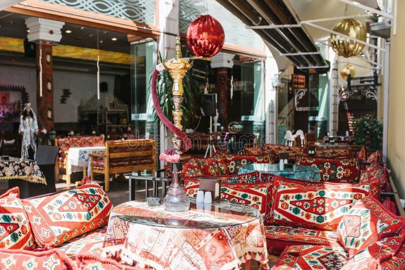 Costantinopoli, il 16 giugno 2017: Svuoti il caffè turco nello stile tradizionale - tessuti e cuscini luminosi con la condizione  fotografia stock libera da diritti