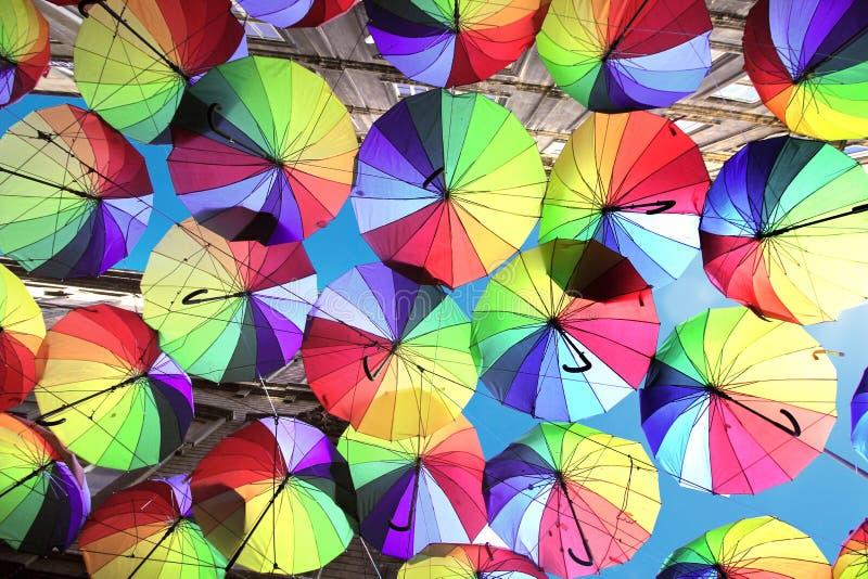 Costantinopoli, Karakoy/Turchia - 04 04 2019: Gli ombrelli variopinti hanno decorato la cima della via di Karakoy a Costantinopol fotografie stock libere da diritti