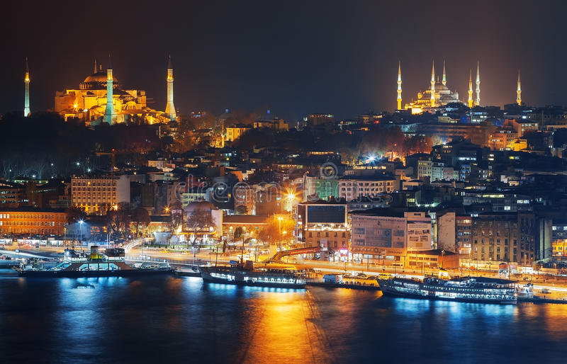 Costantinopoli Notte di Sultanahmet durante la notte dal mare di Marmara fotografie stock
