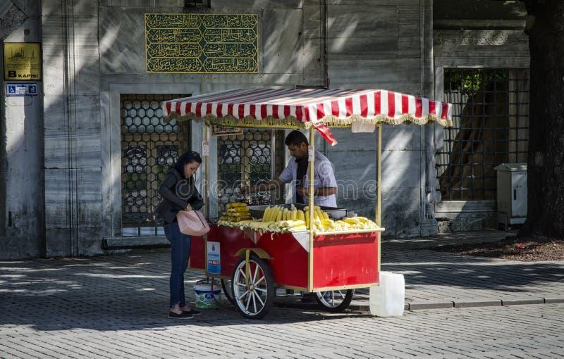 COSTANTINOPOLI, TURCHIA - 30 APRILE 2018: Venditore ambulante dei wi degli alimenti a rapida preparazione immagini stock libere da diritti