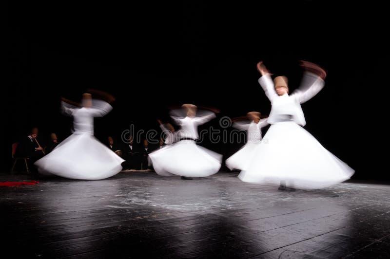 COSTANTINOPOLI, TURCHIA - 2 FEBBRAIO 2012: I dervis girantesi di mevlevi nel culto mostrano Galata Costantinopoli Inoltre sono co fotografia stock